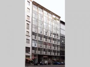 Facciata di  palazzo per uffici in corso Europa a Milano.