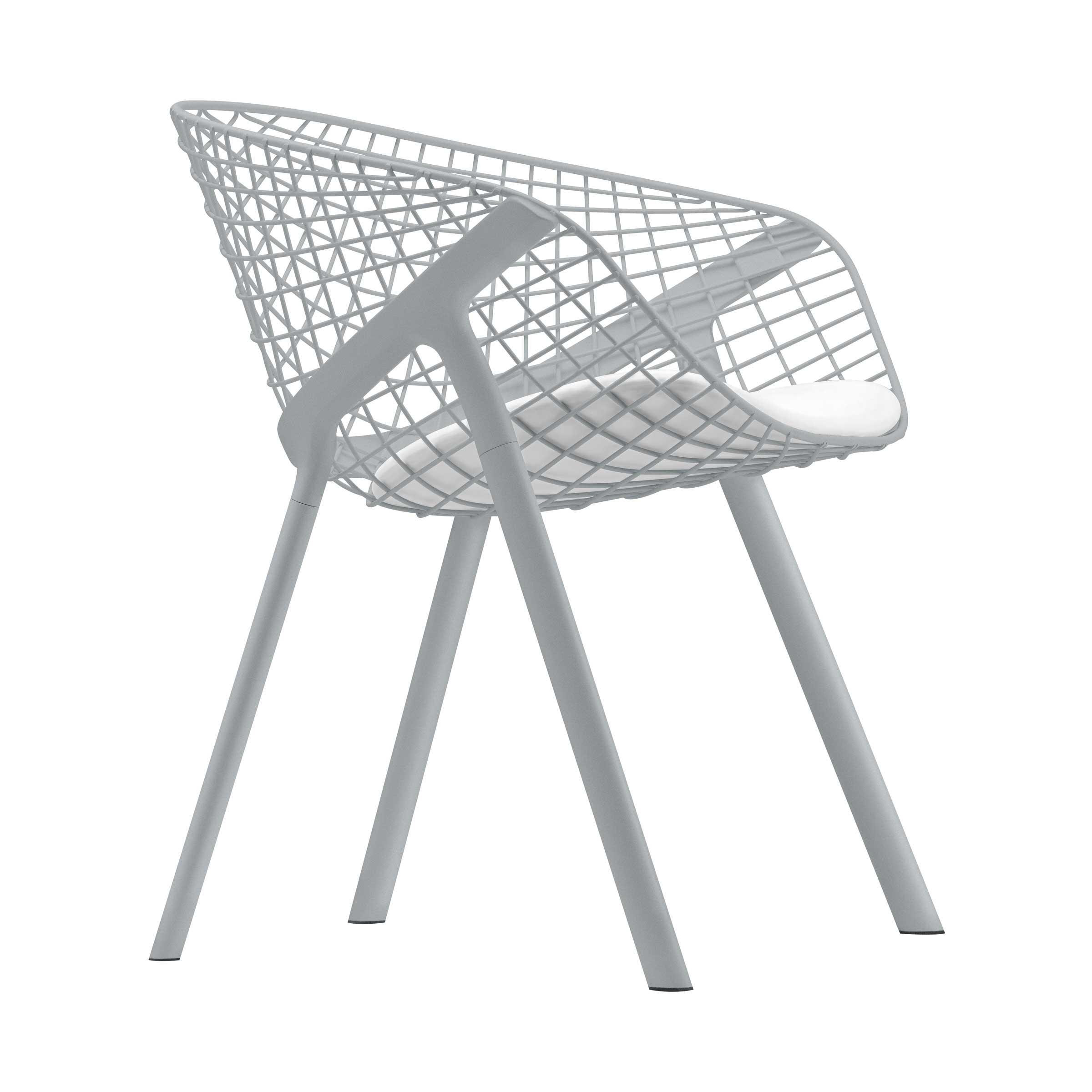 La seduta si ispira alla tradizione delle se in filo di ferro di cui riprende eleganza e leggerezza strutturale Kobi appare e una architettura
