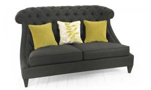 Divanetto due posti caratterizzato da un rivestimento in lino color grigio piombo e schienale trapuntato.