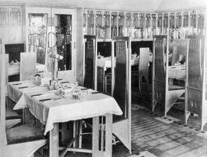 """Sala della """" Room de Luxe"""" in the Willow Tea Rooms, 1903 . Il tavolo ricorda il Berlino table."""