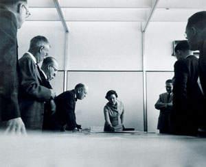 Florence Knoll durante una riunione di interior-design per il  Connecticut General Life Insurance building nel 1950. (http://www.metropolismag.com)