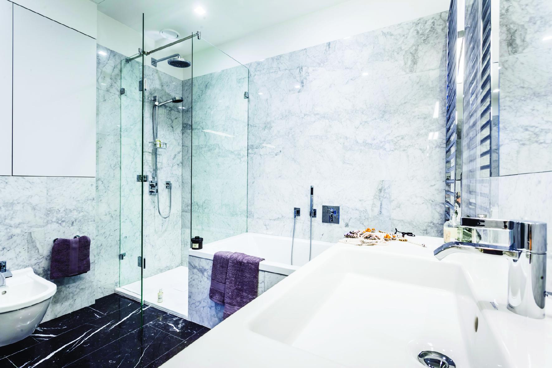 Varsavia cosmopolitan tower le vasche da bagno e i for Camminare attraverso i piani doccia