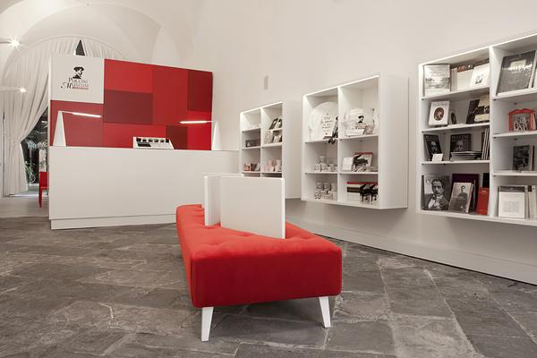 Progetto biglietteria e bookshop del museo della casa for Design semplice casa del fienile