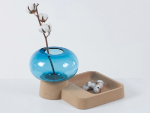 stylish-glass-vase-with-cork-tray-1