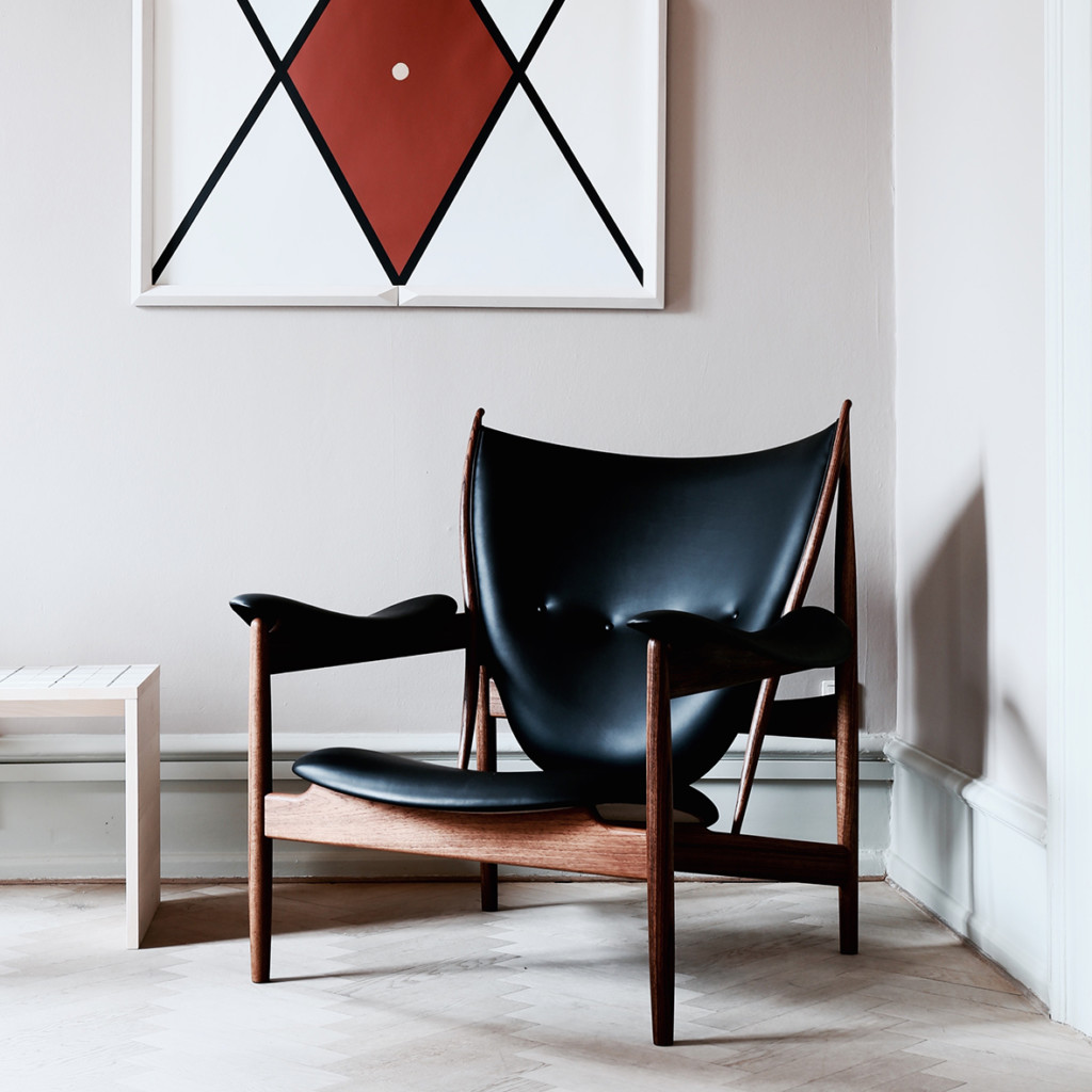 chieftain-chair-1949-frame-teak-dimensions-h925-w100-d88-sh345cm-leather-black-elegance-from-sorensen-leather-1-1