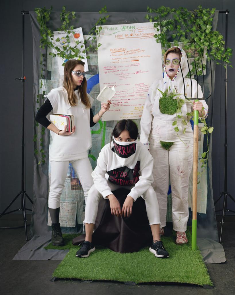 """Adelita Husni-Bey, dalla serie """"The Council"""", Giardino Comune 2018 C-print, 142 × 177 cm Courtesy l'artista e Laveronica arte contemporanea, Modica"""